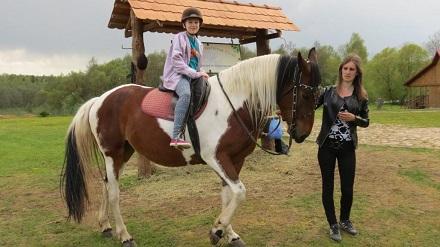 Агата верхом на коне